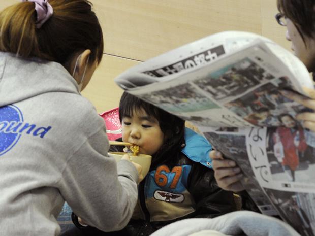 Criança come em abrigo em Tamura - Crédito: Foto: AP