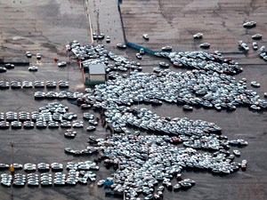 Carros que seriam embarcados são arrastados por tsunami em Hitachinaka - Crédito: Foto: Arquivo/AFP