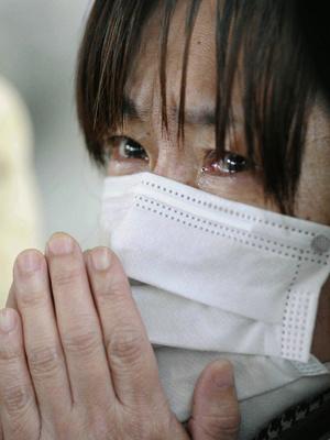 Mulher lamenta ao receber a notícia da morte de parente vítima do tsunami e do terremoto, nesta terça-feira - Crédito: Foto: AP/Kyodo News