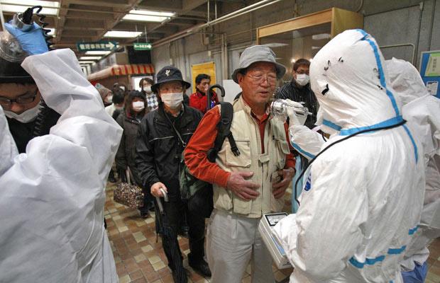 Deslocado é analisado para radiação na cidade de Koriyama - Crédito: Foto: Wally Santana/AP
