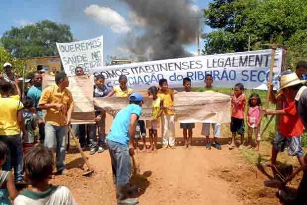 Agricultores fecharam estrada durante protesto na Bahia - Crédito: Foto: Luiz Tito/Agência A Tarde/AE