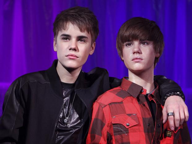 O cantor Justin Bieber foi à exposição de sua estátua de cera, exposta no Museu Madame Tussauds, em Londres, nesta terça-feira - Crédito: Foto: AP