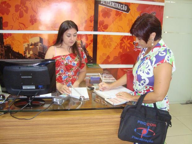 Fiscais do Procon durante fiscalização educativa junto ao comércio de Dourados - Crédito: Foto: Cido Costa