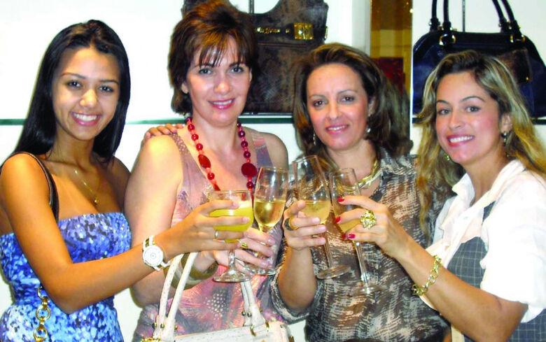 Sonia, sócia-proprietária da Carmen Steffens de Dourados, ladeada por Isabela, dra. Valéria e Ana Paula -