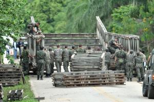 Oficiais do Exército instalam ponte na PR-408.  - Crédito: Foto: Divulgação/ Agência Estadual de Notícia