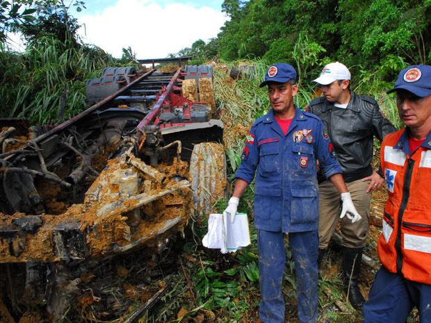 Um caminhão-tanque que transportava produtos químicos perdeu o controle e caiu em uma ribanceira, nesta quarta-feira - Crédito: Foto: Salmo Duarte/A Notícia/Agência RBS