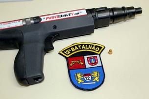 Policial confundiu a pistola de ar comprimido utilizada na aplicação de gesso com uma arma.  - Crédito: Foto: Polícia Militar/Divulgação