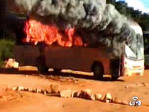 Operários de usina ateiam fogo em ônibus  - Crédito: Foto: Reprodução/TV Rondônia