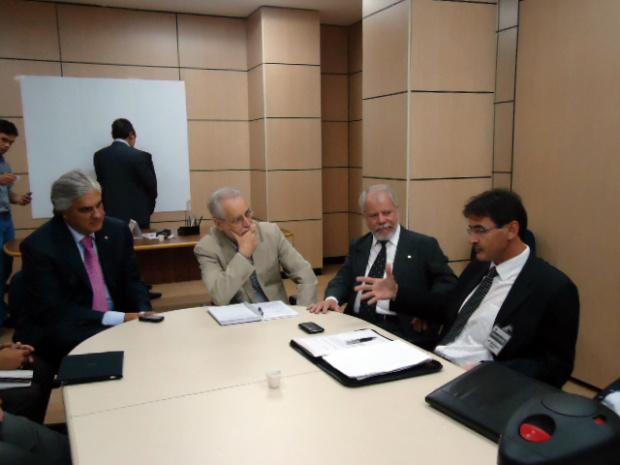 Dirceu Lanzarini com secretário do MEC, Delcídio e deputado Biffi - Crédito: Foto : Felipe Schinaider
