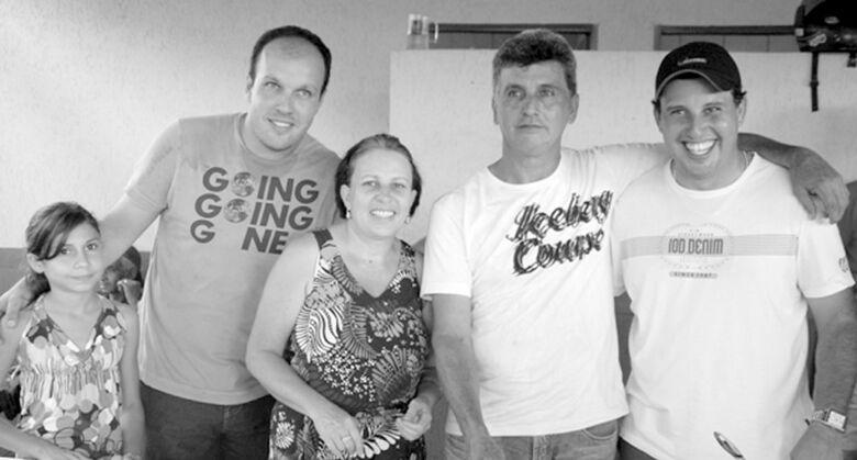 Neil Lopes ladeado da esposa Ely e dos filhos João Carlos e Vagner e da afilhada Tainá -