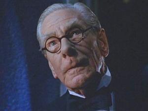 Michael Gough em cena do longa-metragem \'Batman e Robin\', de 1997 - Crédito: Foto: Divulgação