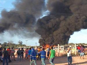 Manifestantes ateiam fogo a ônibus e alojamentos da Usina Hidrelétrica de Jirau, em Rondônia  - Crédito: Foto: Reprodução/TV Rondônia