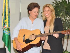 Presidente Dilma recebeu um violão da cantora Shakira nesta quinta-feira - Crédito: Foto: Valter Campanato/ABr