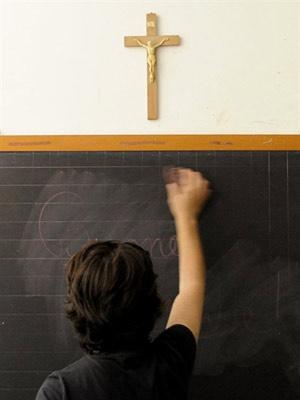 Foto tirada em julho de 2010 mostra crucifixo em sala de aula em Viterbo, na Itália - Crédito: Foto: Tiziana Fabi / AFP Photo
