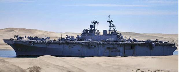Navio americano USS Kearsarge navega pelo canal de Suez em Ismailia, em 2 de março - Crédito: Foto: AFP