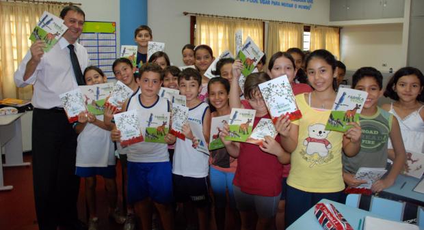 Presidente da Fiems Sérgio Longen entregou cartilhas a alunos da Escola do Sesi de Campo Grande - Crédito: Foto : divulgação