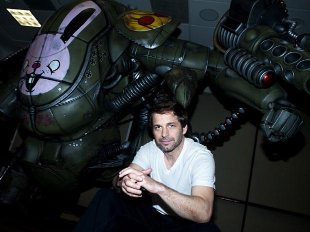 O diretor Zack Snyder, de \'300\' e \'Watchmen\', posa em Beverly Hills, Estados Unidos, ao lado de robô gigante usado nas filmagens de seu novo longa, \'Sucker punch - mundo surreal\'. A foto foi registrada neste domingo - Crédito: Foto: AP