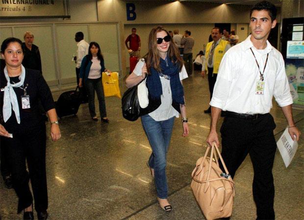 A atriz Anne Hathaway chegou neste domingo - Crédito: Foto: Gabriel Reis / AgNews