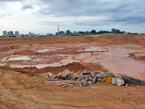 Área da Arena da Amazônia onde ficará o gramado foi rebaixada dois metros - Crédito: Foto: Luciana Rossetto/G1