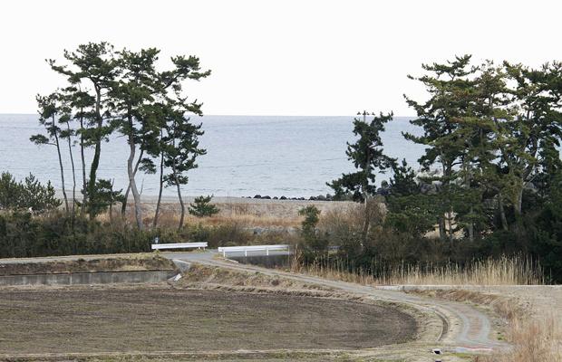 fotos tiradas em 11 de março e divulgada pelo pesquisador Sadatsugu Tomisawa mostra a chegada do tsunami em praia no distrito de Odaka, em Minamisoma, na prefeitura japonesa de Fukushima. Elas mostram a praia antes do tsunami... - Crédito: Foto: AP Photo/Sadatsugu Tomisawa