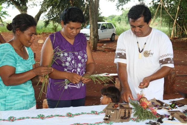 Ìndios de Dourados começam a confeccionar peças a partir do capim - Crédito: Foto: César Firmino