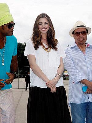 Anne Hathaway ao lado de Carlinhos Brown e Sergio Mendes - Crédito: Foto: AgNews