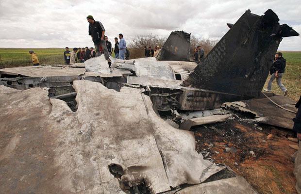 Pessoas observam destroços do jato F-15E que caiu na Líbia - Crédito: Foto: Suhaib Salem/Reuters