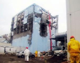 Empresa divulgou foto de trabalhadores atuando  no reator 4 de Fukushima  - Crédito: Foto: Tokio Electric Power Co/AP