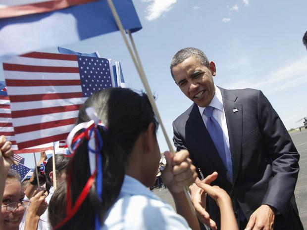 Obama cumprimenta crianças no seu desembarque em San Salvador, capital salvadorenha, nesta terça - Crédito: Foto: Pablo Martinez Monsivais / AP