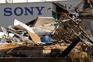 Depósito da Sony em Sendai, no Japão, é tomado por detritos do tsunami que atingiu o país  - Crédito: Foto: Toru Yamanaka/AFP