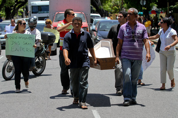 Grupo protesta contra demora na liberação dos corpos no Recife - Crédito: Foto: Helia Scheppa/JC Imagem/AE