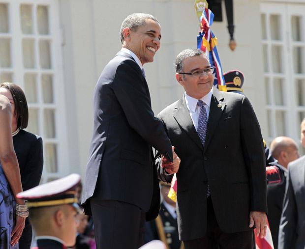 Obama e o presidente Mauricio Funes se cumprimentam em frente ao Palácio Nacional, em San Salvador, nesta terça - Crédito: Foto: Pablo Martinez Monsivais / AP