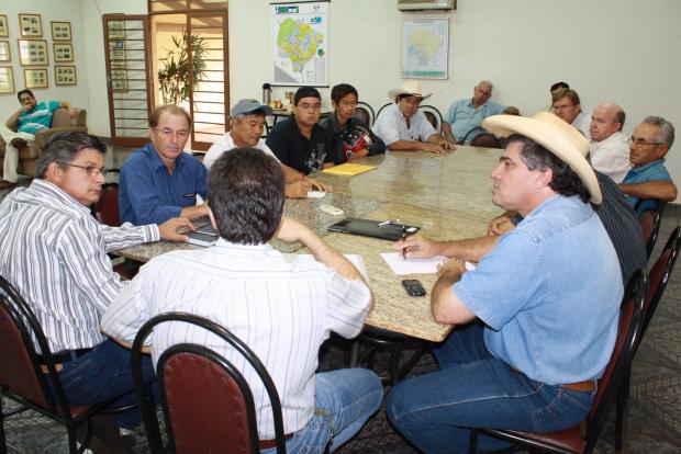 Reunido com produtores, secretário pediu 'socorro' para cedência de maquinário - Crédito: Foto: Hedio Fazan/PROGRESSO