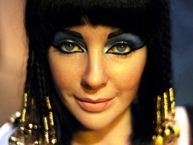 A atriz Elizabeth Taylor em cena de \'Cleópatra\'; ela era conhecida pelos olhos cor de violeta. - Crédito: Foto: AFP