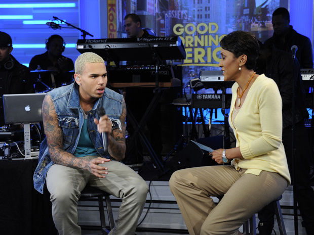 O cantor Chris Brown e a apresentadora Robin Roberts - Crédito: Foto: AP