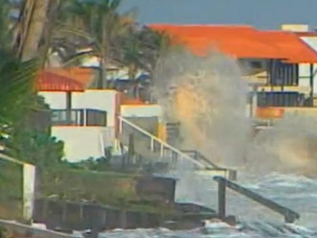 Maré alta atinge casas da orla de Salinópolis, no Pará - Crédito: Foto: Reprodução/TV Globo