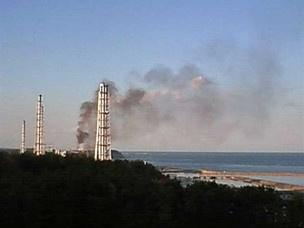 Imagem mostra fumaça escura saindo de um reator de Fukushima. - Crédito: Foto: Tepco/ Press JiJi/AFP Photo
