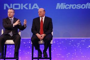 Stephen Elop, CEO da Nokia, e Steve Ballmer, da Microsoft, anunciaram parceria estratégica na área de smartphones - Crédito: Foto: Alastair Grant/AP