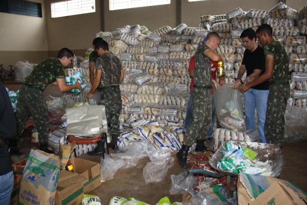 Soldados do Exército e funcionários da Funai montam as cestas para entregar a partir de hoje - Crédito: Foto: Hédio Fazan/PROGRESSO