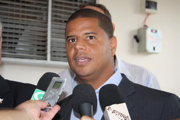 Prefeito Murilo Zauith e Marcelinho Carioca durante visita ao estádio Douradão - Crédito: Foto: Divulgação