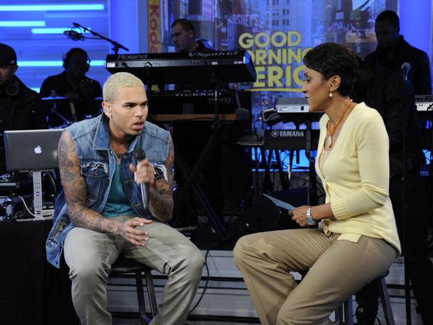 Chris Brown e a apresentadora Robin Roberts, durante entrevista no \'Good morning america\'. - Crédito: Foto: AP