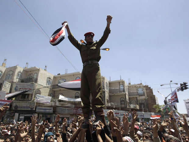 Um oficial é carregado pela multidão ao se juntar às manifestações antigoverno em Sanaa, capital do Iêmen - Crédito: Foto: Ammar Awad / Reuters