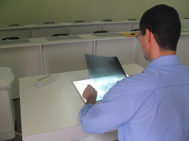 Coordenador do curso mostra um dos laboratórios de Radiologia da Unigran -