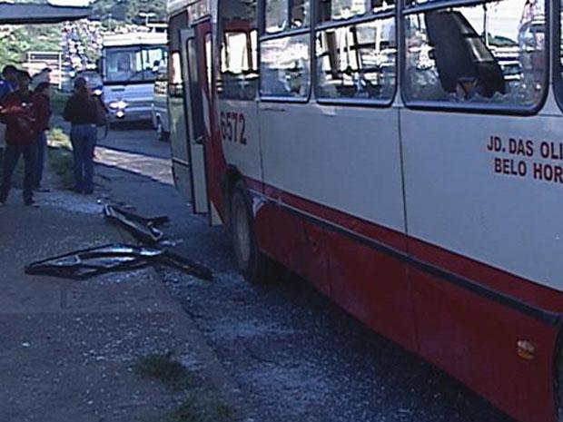 Ônibus da linha 6572 foi destruído a pedradas, segundo testemunhas. - Crédito: Foto: Reprodução/TV Globo
