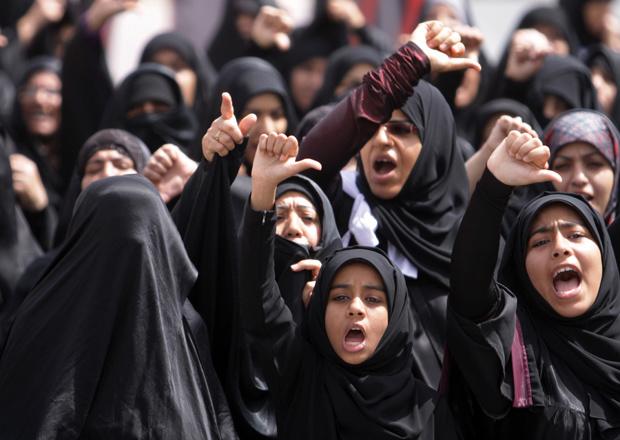 Manifestantes xiitas durante protesto na cidade de Karzakan, no Bahrein, nesta sexta-feira - Crédito: Foto: Reuters