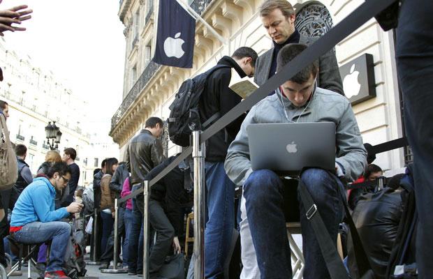 Consumidores fazem fila em frente à loja da Apple em Paris - Crédito: Foto: Mal Langsdon/Reuters