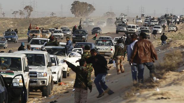 Rebeldes abandonam posições ao serem bombardeados por forças de Kadhafi nesta sexta-feira - Crédito: Foto: AP