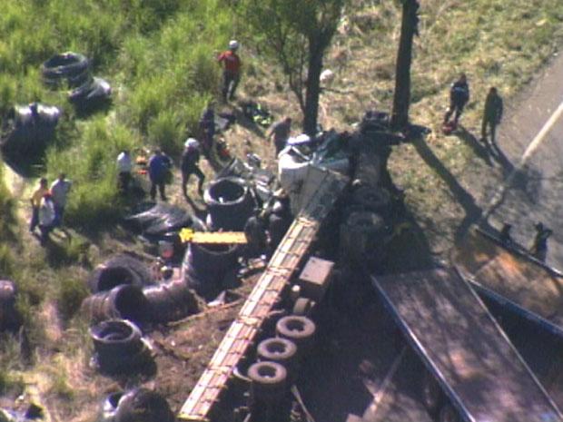 Carreta bate em árvore, tomba e motorista fica ferido na BR-381, em Caeté, na Região Metropolitana de BH - Crédito: Foto: Reprodução TV Globo
