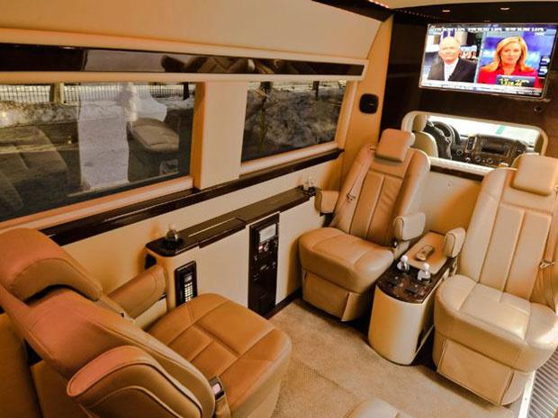 Sprinter com bancos de couro é ideal para reuniões de executivos - Crédito: Foto: Divulgação/Mercedes-Benz