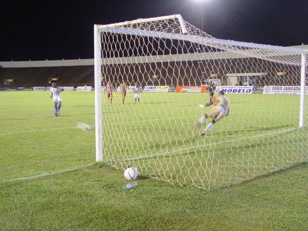 Gol de penalti marcado por Bruno garantiu a primeira vitória do Sete de Dourados - Crédito: Foto : Sidnei L. Bronka